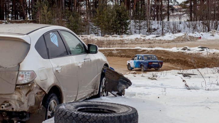 Гонщики Екатеринбурга и Тюмени выяснили, кто лучше гоняет по снегу. Спойлер: было грязно, но весело