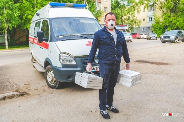 Денис Хабибулин развозит пиццу в перчатках и респираторе