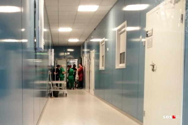 Руководство больницы и правоохранительные органы установят, почему человек упал с высоты