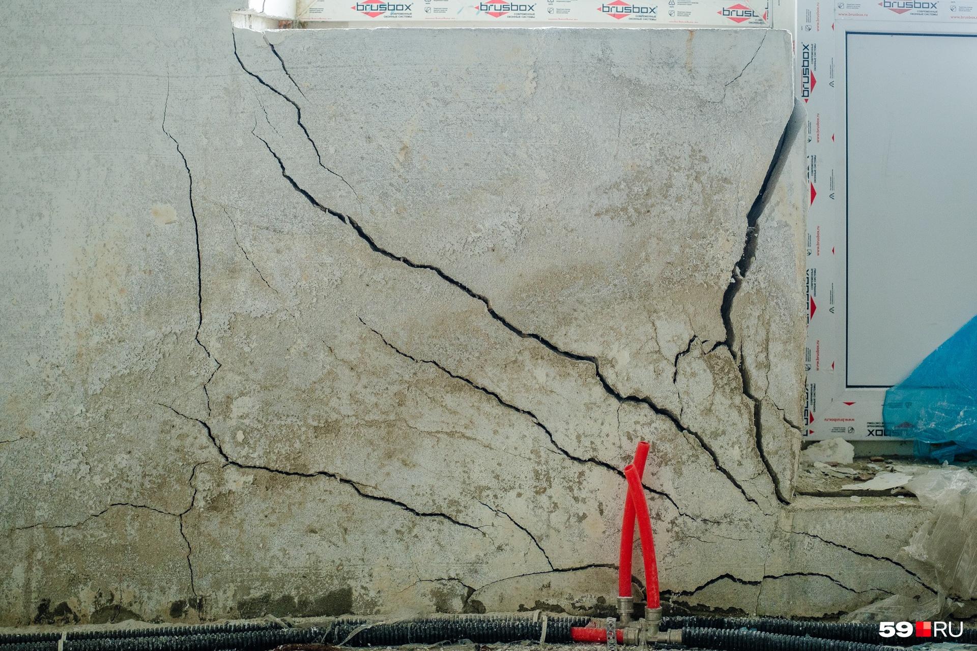 На стенах домов множество трещин