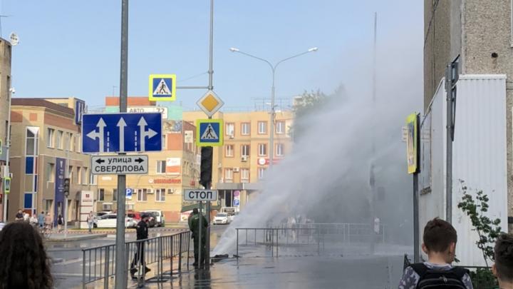 Вода хлещет на несколько метров в высоту: на Комсомольской улице произошла коммунальная авария