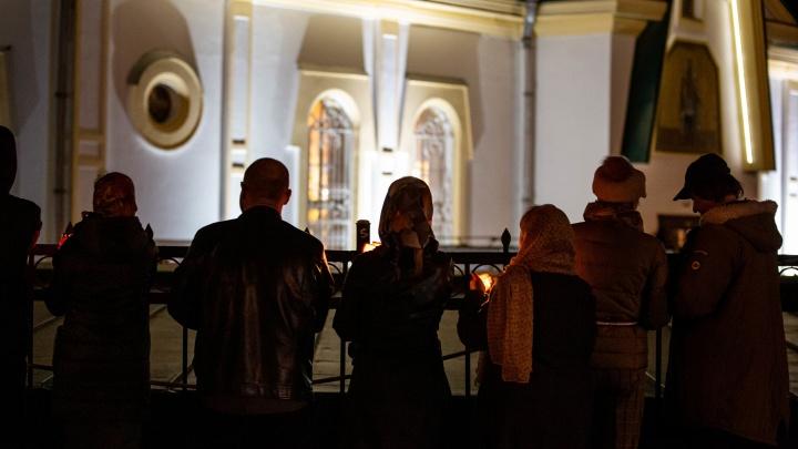 Пасха за закрытыми дверями: что происходило ночью у ворот Вознесенского кафедрального собора