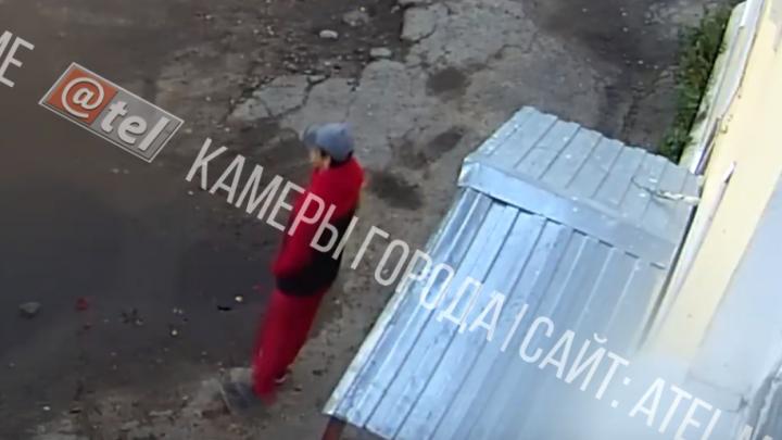 40 минут стоял у дверей: рыбинский маньяк хотел сдаться, но не смог попасть в отдел полиции. Видео