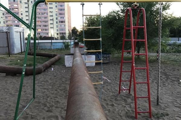 Перемычка проходит через детскую площадку
