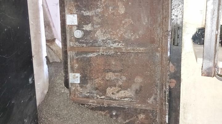 «В стиле 90-х»: предпринимателям залили бетоном входную дверь в офис