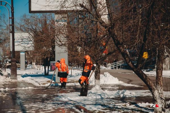 В Тюмени после внезапного похолодания постепенно оттаивают тротуары. Коммунальщики в меру сил прибирают город, а тюменцы жалуются на неприятный запах