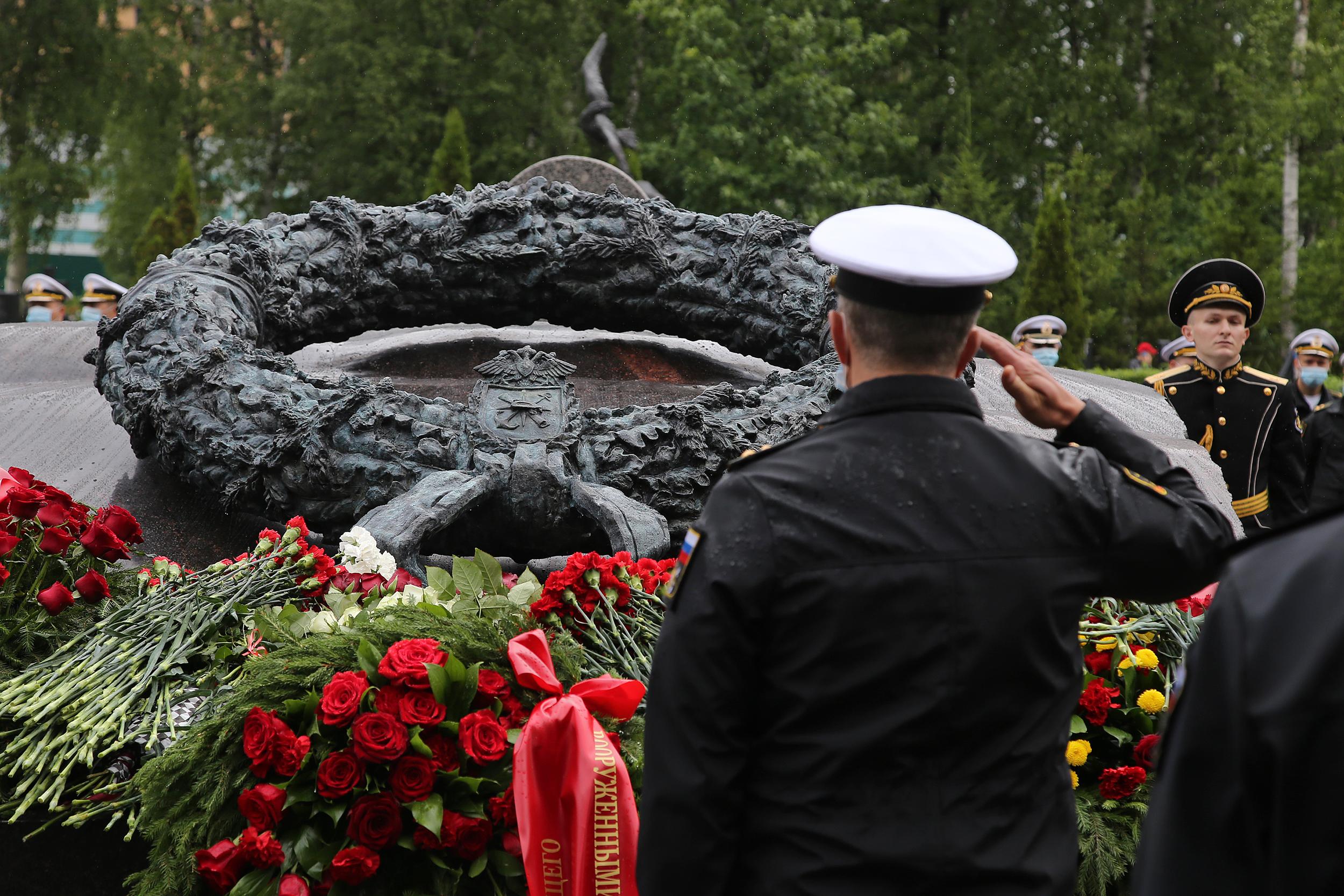 Первым к памятнику возложили венок от верховного главнокомандующего Владимира Путина