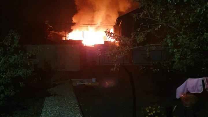 «Детей вытащили из горящего дома»: в Большом Истоке после пожара семья из 10 человек осталась на улице