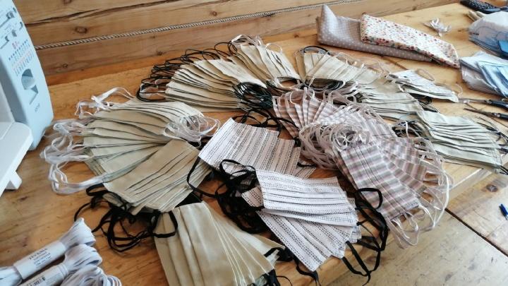 Жители Кенозерья шьют бесплатные медицинские маски для пожилых людей