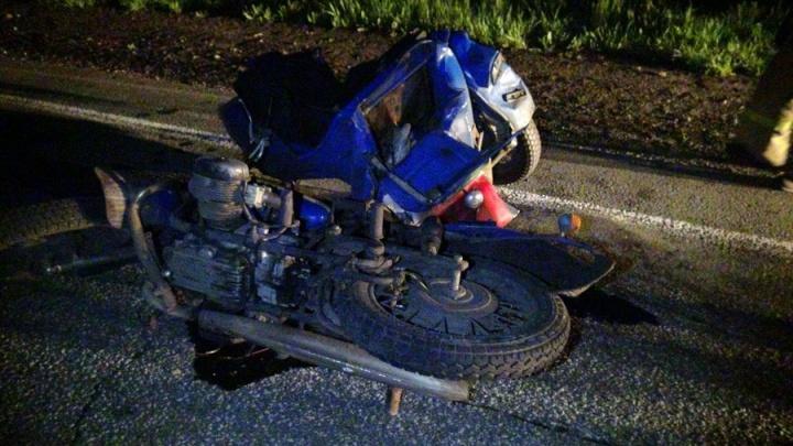 В Зауралье большегруз врезался в стоящего на дороге мотоциклиста