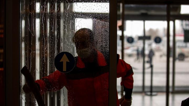 Как обеззараживают Толмачёво, где ежедневно принимают 70 человек с температурой — репортаж в масках