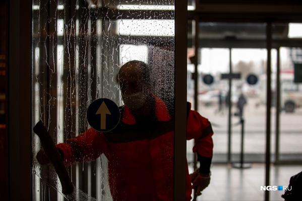 Усиленный режим работы в Толмачёво — это дезинфекция и влажная уборка каждый час. В аэропорту говорят, что и до распространения коронавируса здесь уделяли пристальное внимание уборке, но сейчас в воду добавляют специальные растворы. До мытья асфальтов шампунем на территории аэропорта дело ещё не дошло, но если будет необходимо, как утверждают тут, средство закупят