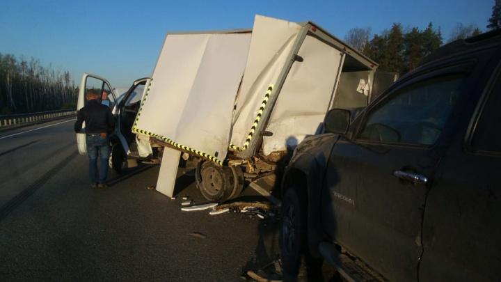 Водитель не помнит, как все произошло: на ЕКАД Toyota влетела в стоявшую у обочины «газель»