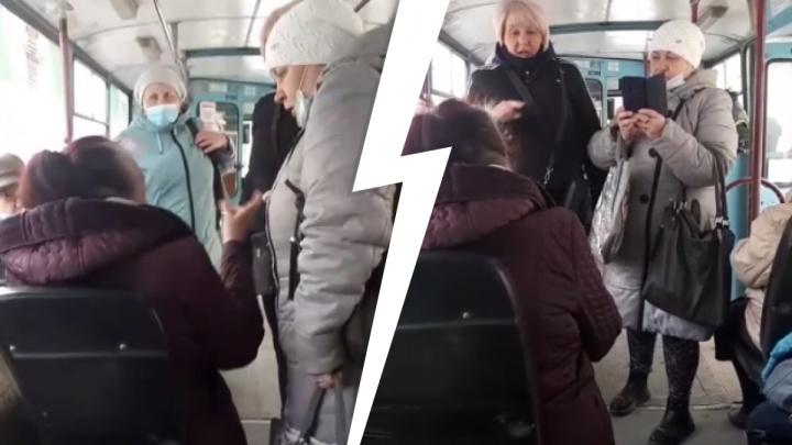В Новосибирске пассажиры троллейбуса набросились на женщину без маски