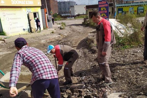 Жители периодически выходят на ремонт дороги, что приводит к конфликтам с УК