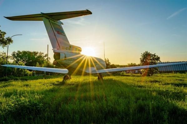 Самолёт в Авиагородке жадно впитывает лучи солнца