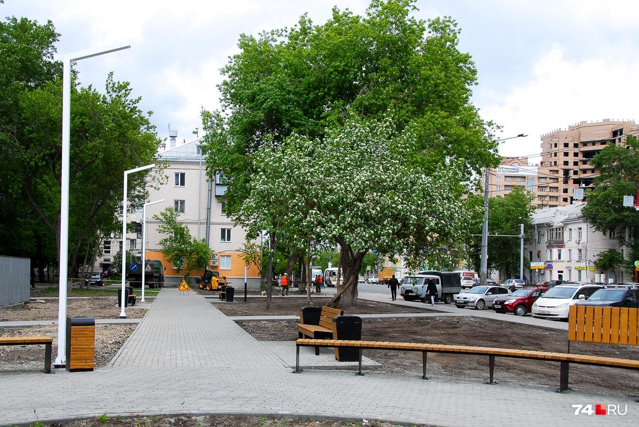 Новый сквер на Воровского ещё не готов. Здесь снесли часть деревьев (считается, что они были загущенные и старые) и попытались придать месту дизайнерский вид. Другое дело, что количество зелени всё равно изрядно уменьшилось