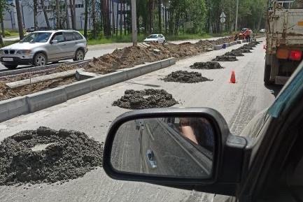 Автомобили застряли в пробке на Бердском шоссе — сейчас там ремонтируют дорогу