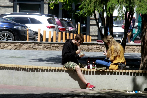 По непонятной причине власти полагают, что еда на грязной скамейке в парке менее опасна, чем на летней веранде