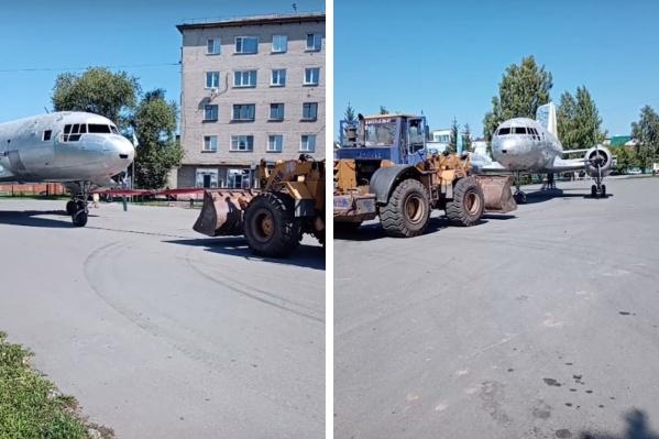 Самолет Ил-14 — достопримечательность Куйбышева. Его привезли в город в 1986 году