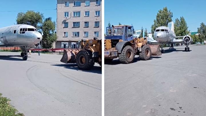 С раннего утра по Куйбышеву трактор тащит самолёт — рассказываем зачем