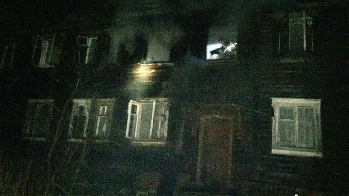 В Архангельске сгорел дом на острове Бревенник: в пожаре погиб хозяин одной из квартир