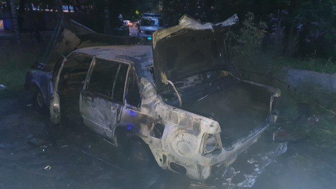Тушили в ночи: в Ярославле во дворе дома сгорел «Вольво»