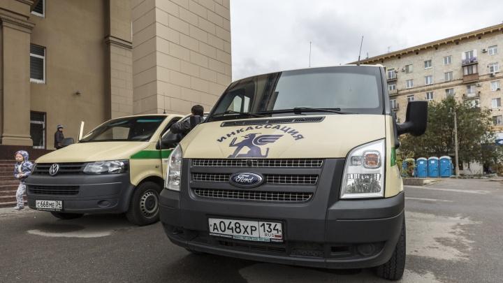 В Дзержинском районе Волгограда сгорел инкассаторский броневик