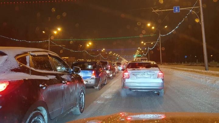 Утро после снегопада: Уфу сковали пробки, автомобилисты не могут доехать до работы