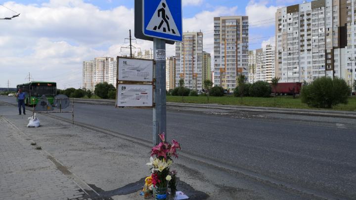 Тюменцы несут цветы и игрушки на улицу Губернскую, где автокран насмерть сбил девочку-подростка
