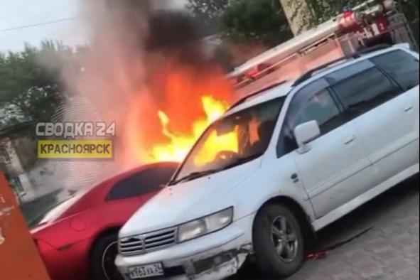 В Черемушках сгорел дотла дорогой спорткар
