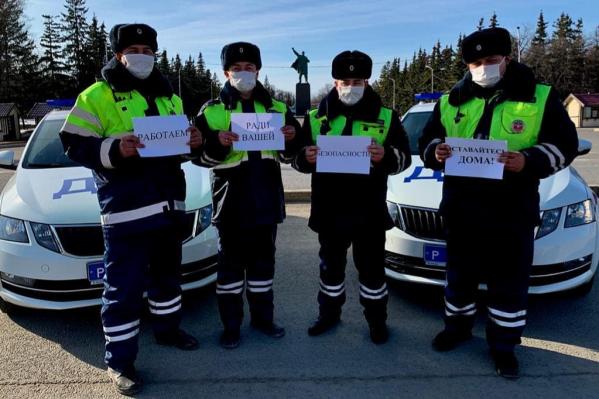 Автоинспекторы попросили граждан невыходить из дома без надобности