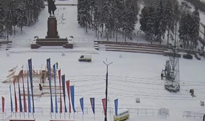 В Челябинске начали устанавливать елку в главном ледовом городке