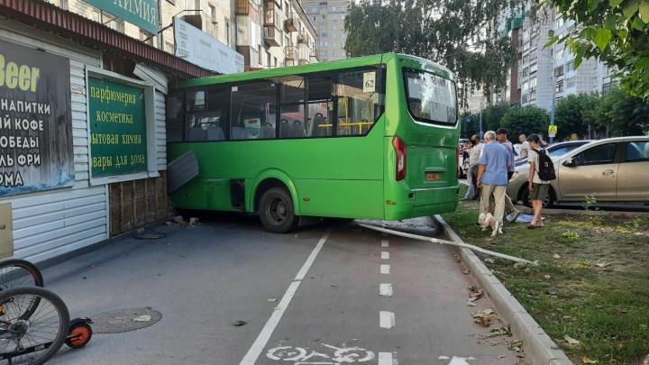 Маршрутка влетела в магазин на Ямской, пострадали шесть человек