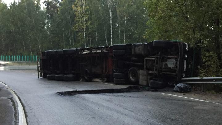 «Водитель через верх вылез в тапочках»: на трассе под Екатеринбургом перевернулась фура