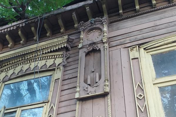 Главная особенность дома — резьба в виде часов на фасаде
