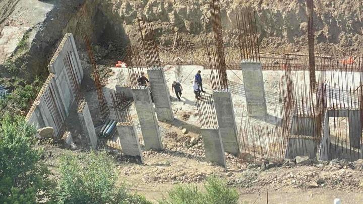 В Челябинске возобновились работы на стройке высотки, против которой выступили жители соседних домов