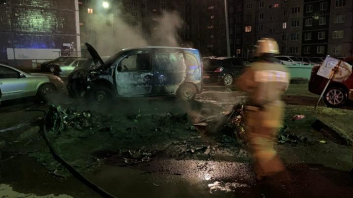 «Сейчас и так тяжело, кошмар»: в Ярославле ночью подожгли автомобиль