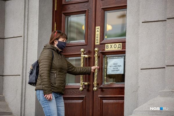 В Новосибирске до сих пор действует масочный режим. И, пожалуй, это единственное весомое ограничение