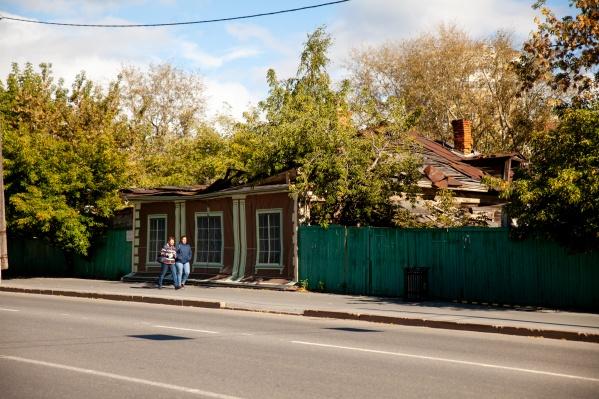 За этим баннером — объект культурного наследия — дом мещанина Храмцова