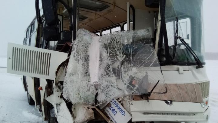 Пять пассажиров автобуса пострадали в аварии под Новосибирском