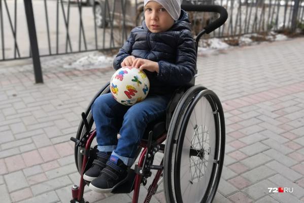 У пятилетнего Демида за год ослабли руки и спина. Сейчас он может сидеть только в поддерживающем корсете
