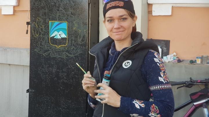 «Будет красиво!»: Художники готовятся расписать ещё один электрошкаф в центре Кургана