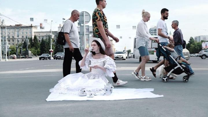 Безумное чаепитие: новосибирский фотограф снял пикник среди машин на Красном проспекте