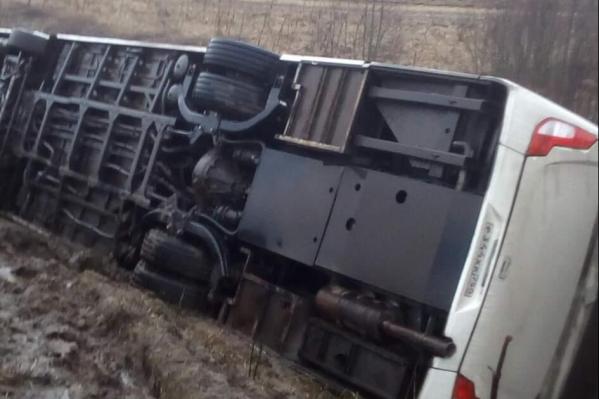 В Ярославской области перевернулся автобус