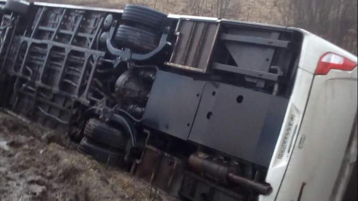 В Ярославской области из-за ям на дороге перевернулся рейсовый автобус