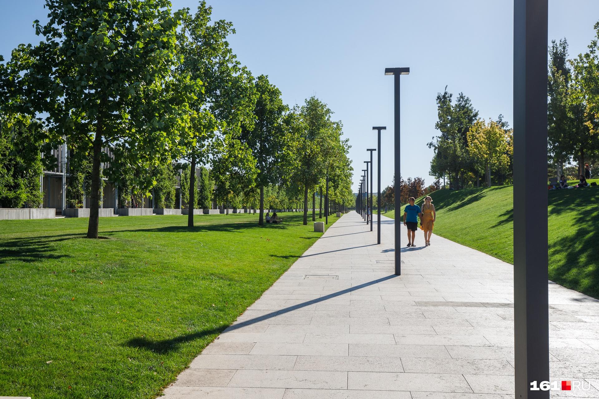 Это одно из немногих мест в Краснодаре, где можно спокойно прогуляться среди зеленых деревьев