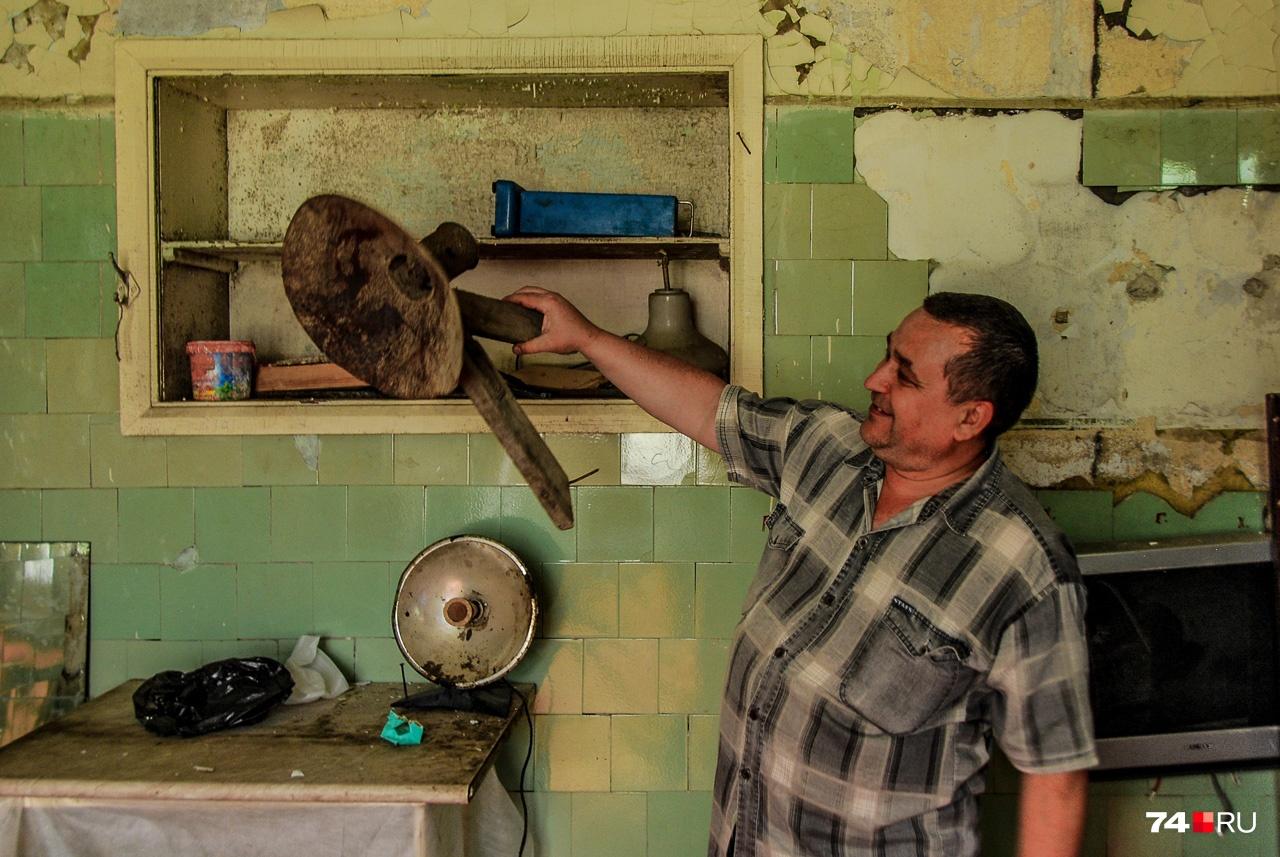 Алексей Липатников демонстрирует ещё один «артефакт» — колпак уличного фонаря