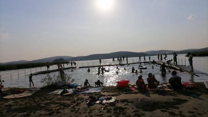 «Вода — чай можно заваривать»: как жители Екатеринбурга отдыхают на озерах, спасаясь от аномальной жары