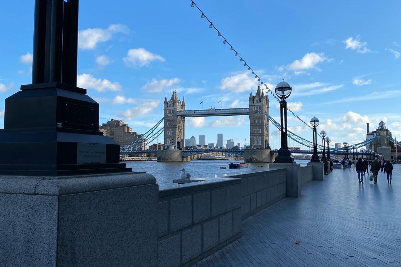 На этой набережной возле Tower Bridge раньше всегда были толпы туристов и жителей города